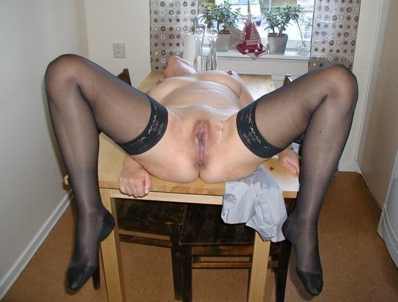 Sexy Deutsche Milf auf dem Tisch gebumst